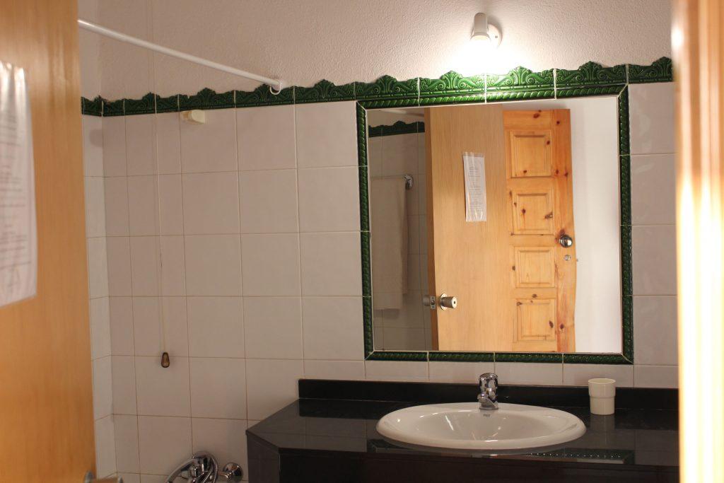 Salle de bain privative avec baignoire et sèche cheveux