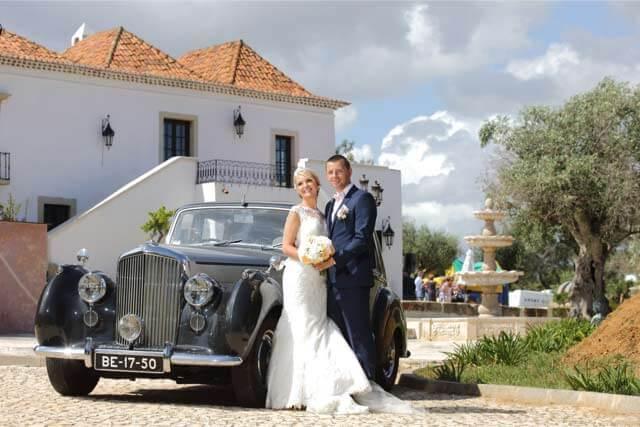 Jeunes mariés devant le manoir à l'entrée de l'hôtel Capela das Artes