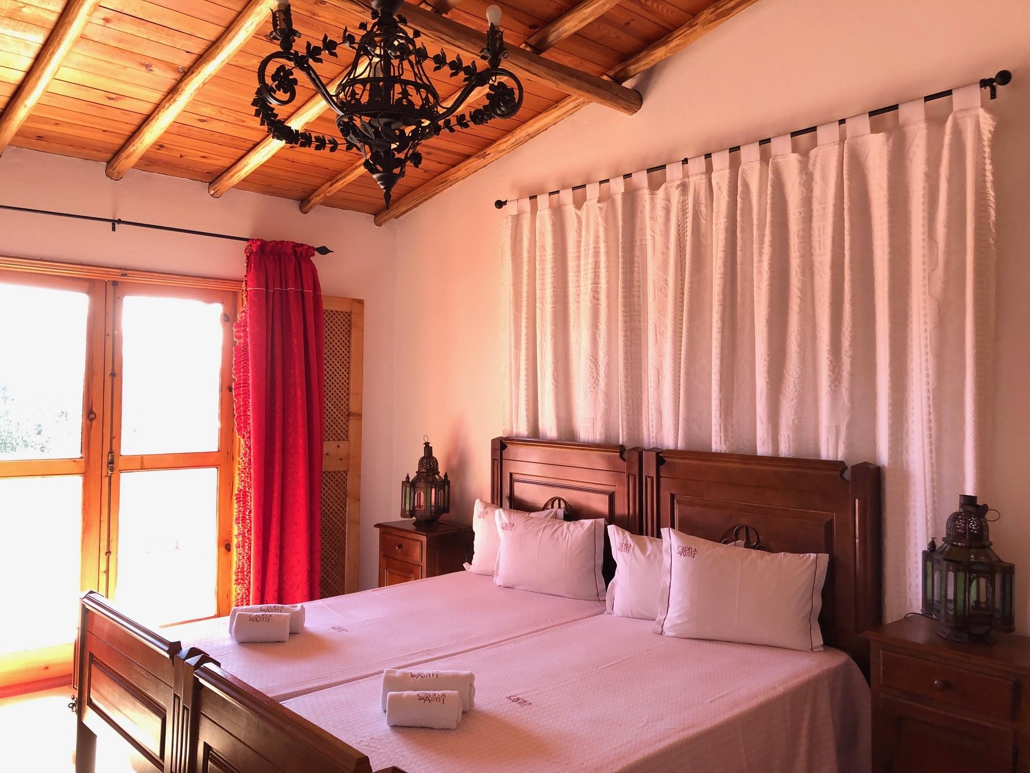 Quarto com camas de solteiro e grande armário